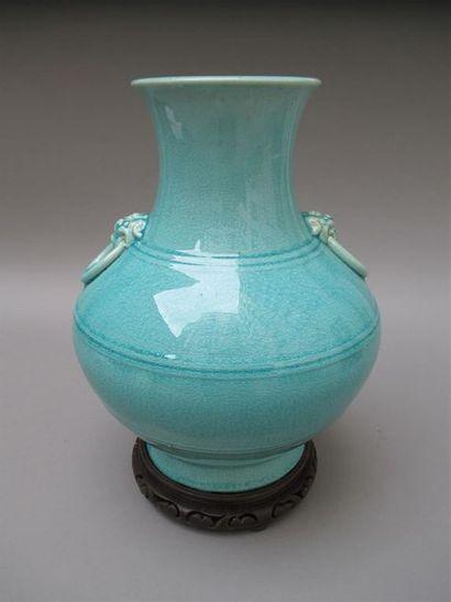 Vase balustre en grès à glaçure turquoise craquelée, deux anses en forme de gloutons....