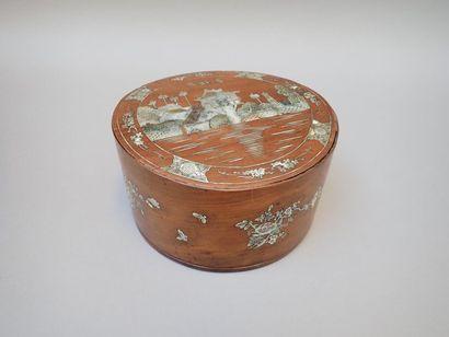 Coffret à betel en bois exotique et décor en incrustation de nacre de la pagode...