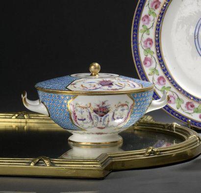 Sèvres , fin du XVIIIe siècle. écuelle ronde...