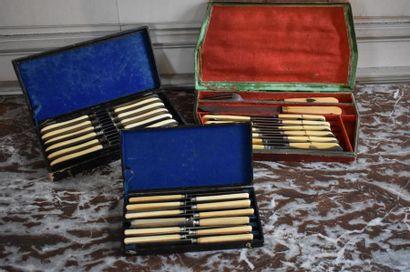 Lot comprenant une suite de douze couteaux,...