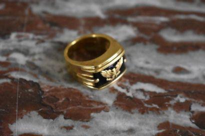 Bague en or jaune et pierre dure À décor...