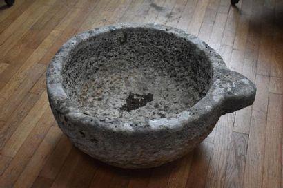 VASQUE en pierre, en forme de demi-sphère...