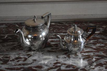 Lot comprenant deux théières en métal argenté,...