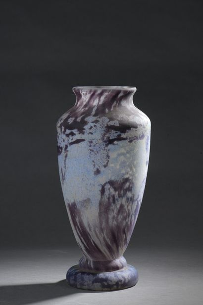 DAUM  Vase balustre en verre marmoréen violine...