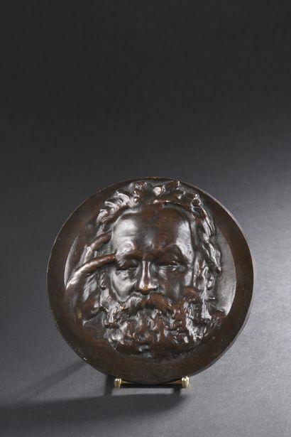 Médaillon en bronze patiné représentant Victor...