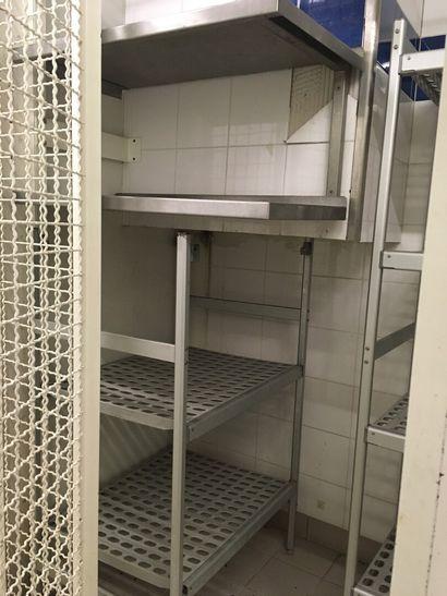 Deux étagères suspendues en métal inoxyd...