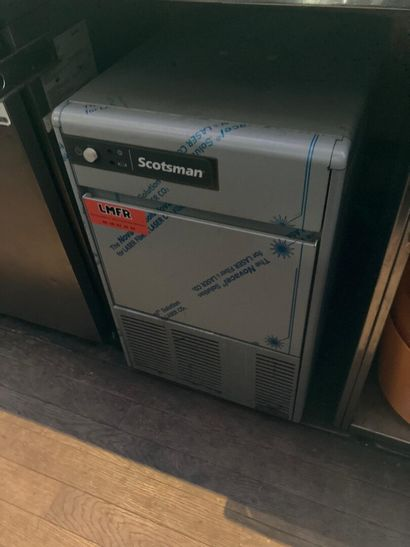 Une machine à glaçons de marque SCOTSMAN...