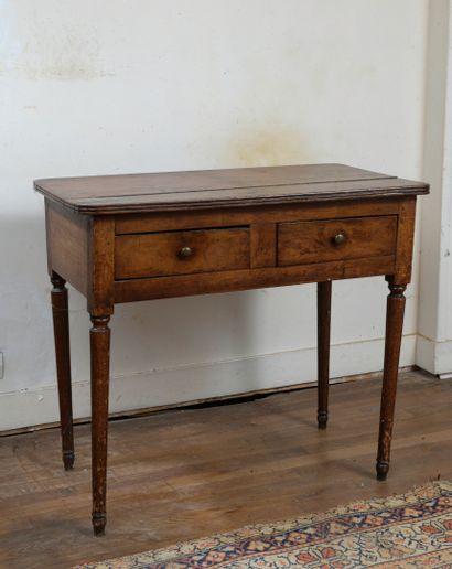 Petite table en noyer mouluré début XIXème...