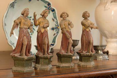 Quatre angelots en bois mouluré et sculpté,...