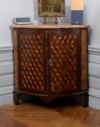 Paire d'encoignures en placage d'amarante et satiné, époque Louis XV  Elle ouvre...