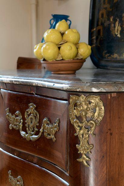 Commode en placage d'amarante, début de l'époque Louis XV  Elle ouvre à quatre tiroirs...