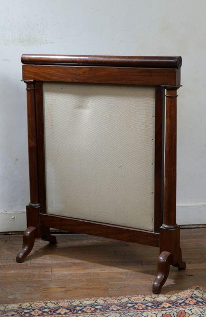 Trois tables du XIXe siècle et un écran en...