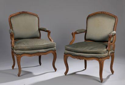 Paire de fauteuils en bois naturel mouluré...