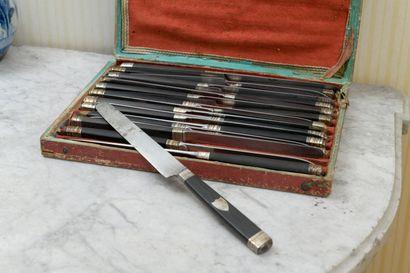 Vingt-deux couteaux de table, lame acier, manche ébène, virole argent, début du...