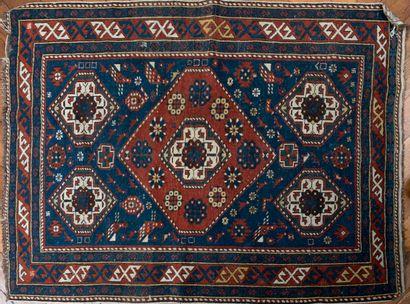 Petit tapis en laine, Caucase, XXe s. à fond...