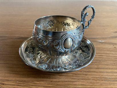 Tasse et sa sous-tasse en argent 950, décor...