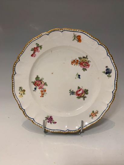 LIMOGES, XVIIIe siècle - Assiette en porcelaine...