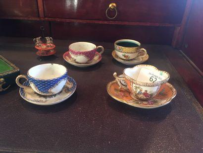 ALLEMAGNE, XIXe siècle - Quatre tasses miniatures...