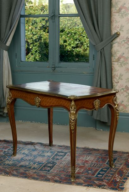 Table-bureau en placage de satiné, d'époque...
