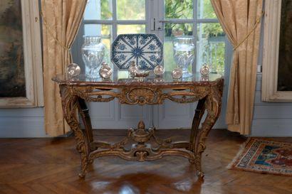 Table de milieu en bois mouluré et sculpté,...