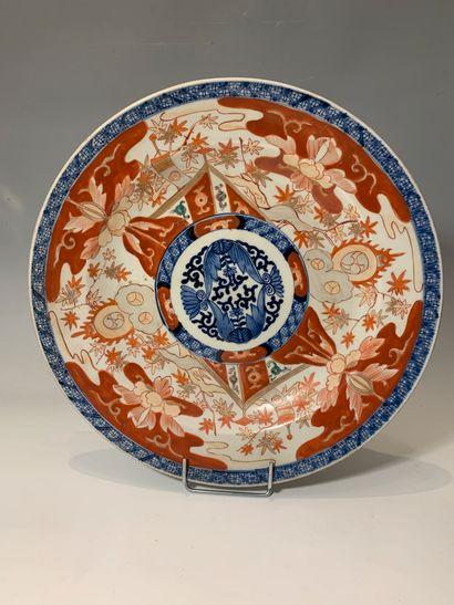 JAPON, XIXe siècle - Plat rond en porcelaine...