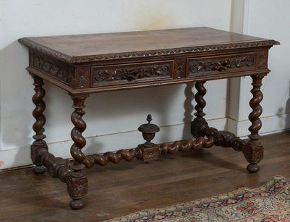Table en bois naturel mouluré et sculpté...