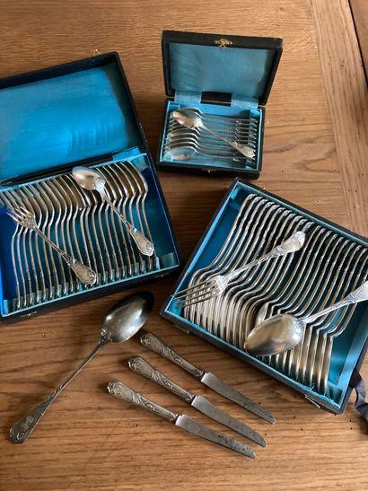 MENAGERE en métal argenté, modèle Art Nouveau, spatule gravée d'un chiffre, comprenant...