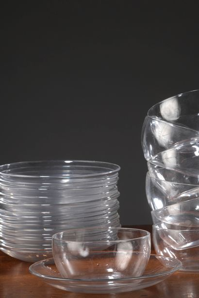 BACCARAT (?) - Lot de dix-sept rincedoigts et leurs soucoupes en cristal, et trois...