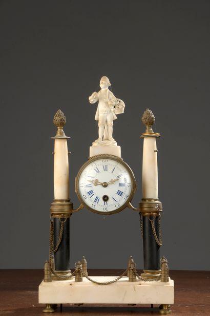 Pendule portique en marbre blanc et bronze ciselé et doré, style Louis XVI  Accidents....