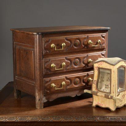 Commode miniature en bois naturel mouluré...