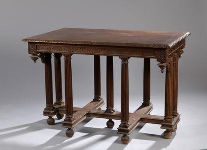 Table à colonnes en noyer mouluré et sculpté...