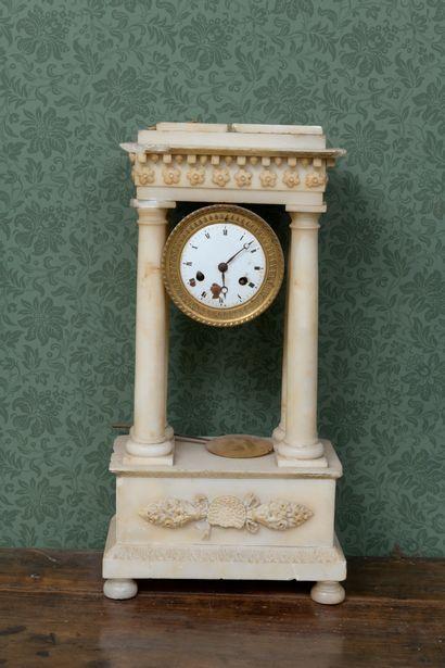 Pendule portique en albâtre d'époque Restauration...