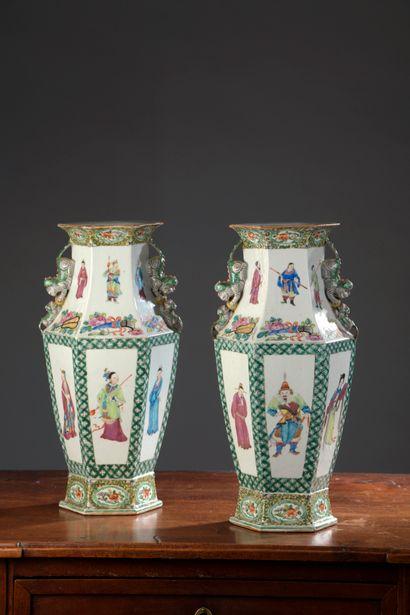 CHINE, XXe siècle - Paire de vases à pans...