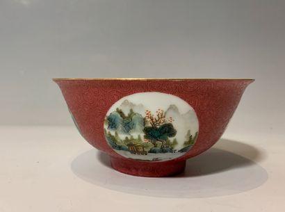 CHINE - Bol en porcelaine à décor de paysages...