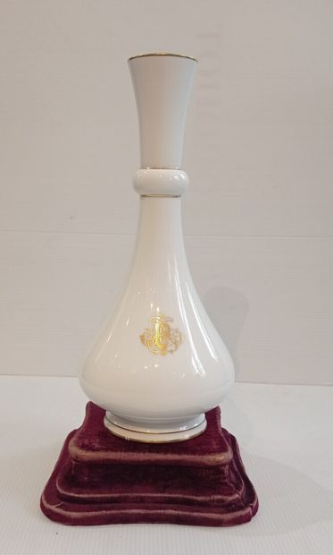 SÈVRES, fin du XIXe siècle, 1888  Vase de forme Delhi en porcelaine à décor en or...