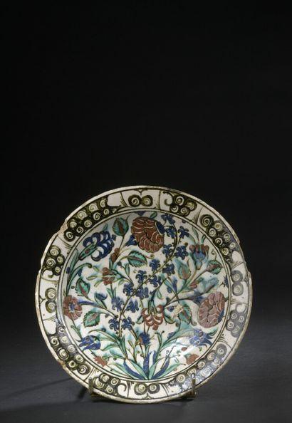 IZNIK, XVIIe siècle  Plat rond en céramique...
