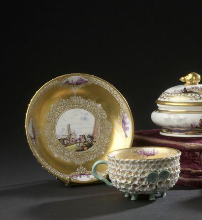 MEISSEN, XVIIIe siècle, vers 1740  Tasse et sa soucoupe en porcelaine à décor en...