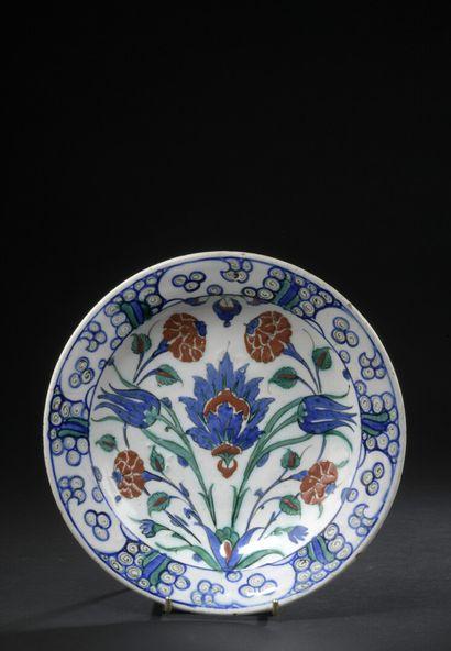 IZNIK, fin du XVIe siècle  Plat rond en céramique...
