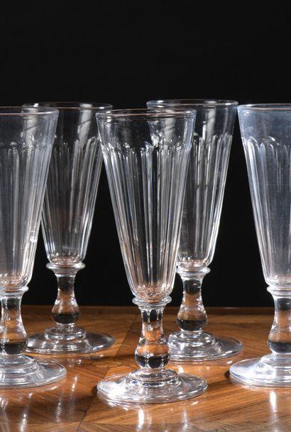 Seize flûtes à champagne en cristal d'époque...