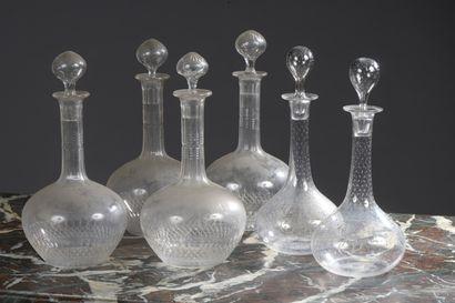 Suite de quatre carafes en cristal taillé...