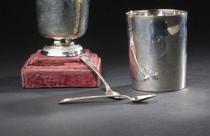Paire de cuillers à sel en argent  La spatule ornée d'armoiries doubles surmontées...