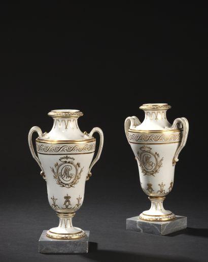 PARIS, fin du XVIIIe siècle vers 1785-1790  Paire de vases de forme balustre en...