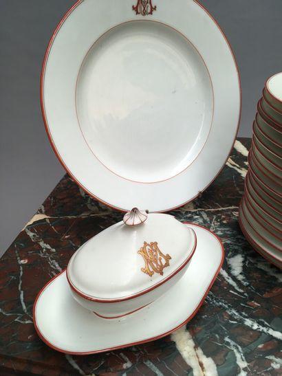 Partie de service de table en porcelaine à filets corail monogrammé CM, fin XIXe...