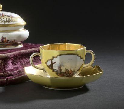MEISSEN, XVIIIe siècle, vers 1735-1740  Tasse à deux anses et sa soucoupe en porcelaine...