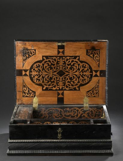 Coffret en bois noirci, ébène et cèdre, marbre rose, de la fin du XVIIe siècle  Le...