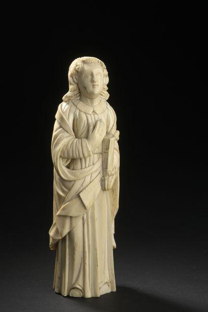 GOA, XVIIe siècle  Saint évangéliste en ivoire sculpté  Accidents.  H. 21 cm