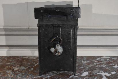 Tronc d'église en fonte de fer, fin du XIXe siècle  Avec son cadenas et sa clé  H....