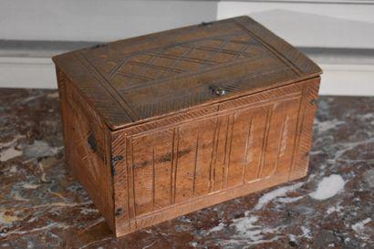 Petite boîte en hêtre sculpté, art populaire...