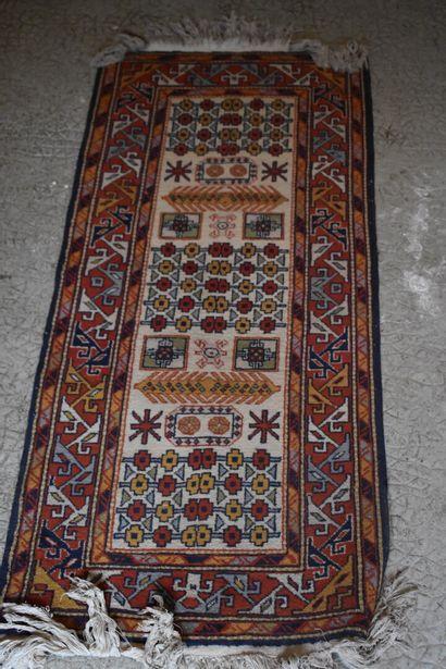 Deux tapis en fils de laine, XXe siècle  110...