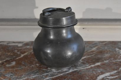 Pot à tabac en étain, XIXe siècle  Médaille...